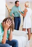 Страдание сына родителей спорит стоковое фото rf