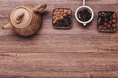 Стрейнер чая с чаем на деревянной поверхности Взгляд сверху зеленого и черного чая с космосом экземпляра Стоковое Фото