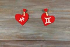 Стрелец и близнецы знаки зодиака и сердца Деревянный bac стоковые фотографии rf