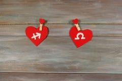 Стрелец и масштабы знаки зодиака и сердца Деревянный ба стоковая фотография rf