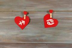 Стрелец и рак знаки зодиака и сердца Деревянный ба стоковое фото rf