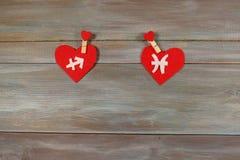 Стрелец и рыбы знаки зодиака и сердца Деревянная задняя часть стоковые изображения rf