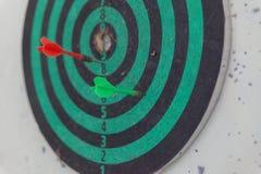 Стрелка дротика на доске дротика Стоковое Изображение