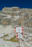 Стрелка индикатора направления на перевале в доломитах Стоковое фото RF