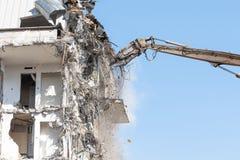Стрелка ножниц тяжелого оборудования гидравлическая разобрать здание, разрушение подрыванием Около взгляда стоковые изображения