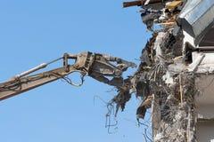 Стрелка ножниц тяжелого оборудования гидравлическая разобрать здание, разрушение подрыванием Около взгляда стоковая фотография rf