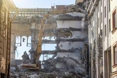 Стрелка ножниц тяжелого оборудования гидравлическая разобрать здание, разрушение подрыванием стоковое изображение rf