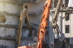 Стрелка ножниц тяжелого оборудования гидравлическая разобрать здание, разрушение подрыванием стоковые фотографии rf