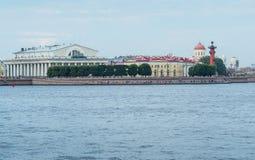 Стрелка острова Vasilievsky, rostral столбцов и помещения биржи Стоковая Фотография