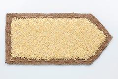 Стрелка сделанная из мешковины с зернами пшена Стоковая Фотография