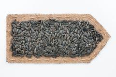 Стрелка сделанная из мешковины с семенами подсолнуха Стоковые Фотографии RF