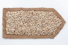Стрелка сделанная из мешковины с семенами подсолнуха Стоковые Фото