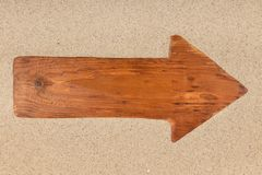 Стрелка сделанная от старой деревянной доски на песке стоковая фотография rf