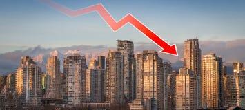 Стрелка убывающего тренда перекрытая над городским Ванкувером, ДО РОЖДЕСТВА ХРИСТОВА, показывая понижаясь цены недвижимости в обл стоковое фото