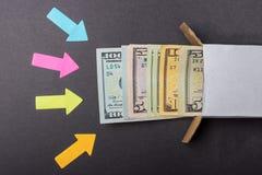 Стрелки указывают к стогу долларовых банкнот смотря из коробки Увеличьте в сбережениях Домашний сейф владение домашнего ключа при Стоковое Фото