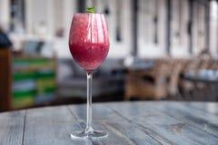 Стрельба еды Коктейль ягоды в кристаллической стеклянной украшенной мяте, ягодах, гранатовом дереве, апельсине, ананасе Напитки л стоковая фотография