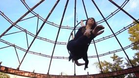 Стрельба замедления блондинкы и брюнет в шпагате на кольце для воздушной акробатики видеоматериал