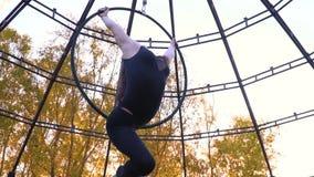 Стрельба замедления гибкой девушки той висит с кольца для воздушной акробатики сток-видео