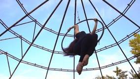 Стрельба замедления, девушка с спорт вычисляет закручивать в кольцо для воздушной акробатики видеоматериал