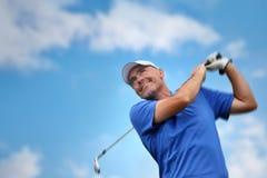 стрельба игрока в гольф гольфа шарика Стоковая Фотография