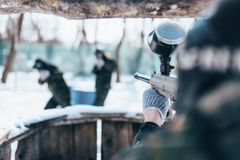 Стрельба игрока пейнтбола на враждебной команде Стоковые Изображения