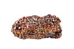 Стрельба макроса естественной драгоценной камня Сырцовый минеральный андрадит венисы Изолированный предмет на белой предпосылке стоковая фотография