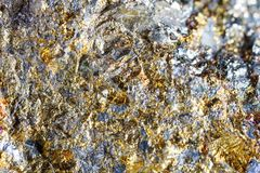 Стрельба макроса естественной драгоценной камня Текстура минерального халькопирита абстрактная предпосылка Стоковая Фотография