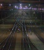Стрельба ночи скрещивания на железнодорожных путях, наводить дорог на станции мелькает в светах стоковое изображение