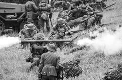 Стрельба с анти- laucher ракеты танка черно-белым Стоковое фото RF