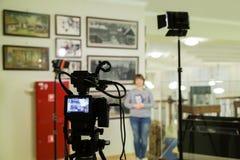 Стрельба ТВ на музее Монитор LCD на камкордере Девушка перед камерой Показатель интервью Стоковые Фото