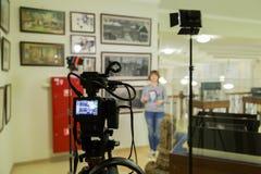 Стрельба ТВ на музее Монитор LCD на камкордере Девушка перед камерой Показатель интервью Стоковое Изображение RF