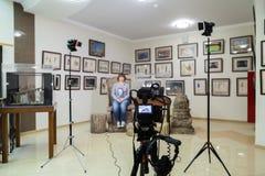 Стрельба ТВ на музее Монитор LCD на камкордере Девушка перед камерой Показатель интервью Стоковые Фотографии RF