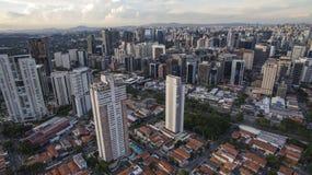 Стрельба трутня в большом городе в мире, район Itaim Bibi, город Сан-Паулу стоковые изображения rf
