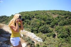 Стрельба фотографа природы фотографа женщины в горах перемещение карты dublin принципиальной схемы города автомобиля малое Стоковые Фотографии RF