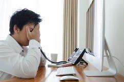 Стресс бизнесмена и вызывать в офисе стоковые изображения