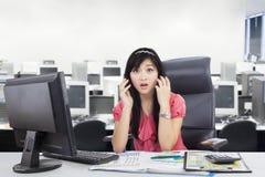 Стресс взглядов коммерсантки в рабочем месте Стоковые Фотографии RF