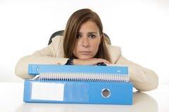 Стресс и головная боль страдания коммерсантки на столе офиса смотря потревоженный отжатый и сокрушанный Стоковое Изображение RF