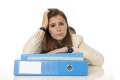 Стресс и головная боль страдания коммерсантки на столе офиса смотря потревоженный отжатый и сокрушанный Стоковая Фотография RF