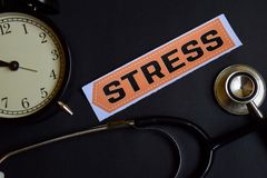 Стресс на бумаге печати с воодушевленностью концепции здравоохранения будильник, черный стетоскоп стоковые изображения
