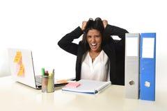Стресс страдания коммерсантки работая на столе компьютера офиса потревожился отчаянное Стоковые Изображения RF