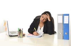 Стресс страдания коммерсантки работая на столе компьютера офиса потревожился отчаянное Стоковое фото RF