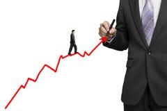 Стрелка и другие роста чертежа бизнесмена красная идут на его Стоковое Изображение RF