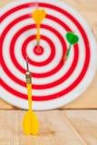 Стрелка и dartboard дротика на древесине Стоковая Фотография RF