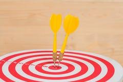 Стрелка и dartboard дротика на древесине Стоковое Изображение RF