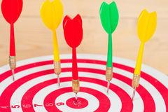 Стрелка и dartboard дротика на древесине Стоковое Фото