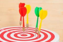Стрелка и dartboard дротика на древесине Стоковые Фото