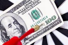 Стрелка и Dolar на доске дротика Стоковые Изображения