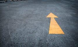 Стрелка на дороге, желтой Стоковая Фотография RF