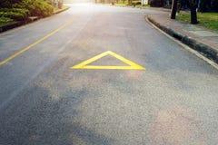 Стрелка на дороге, желтой Стоковые Изображения