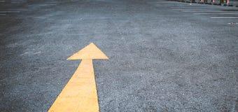 Стрелка на дороге, желтой Стоковые Фото